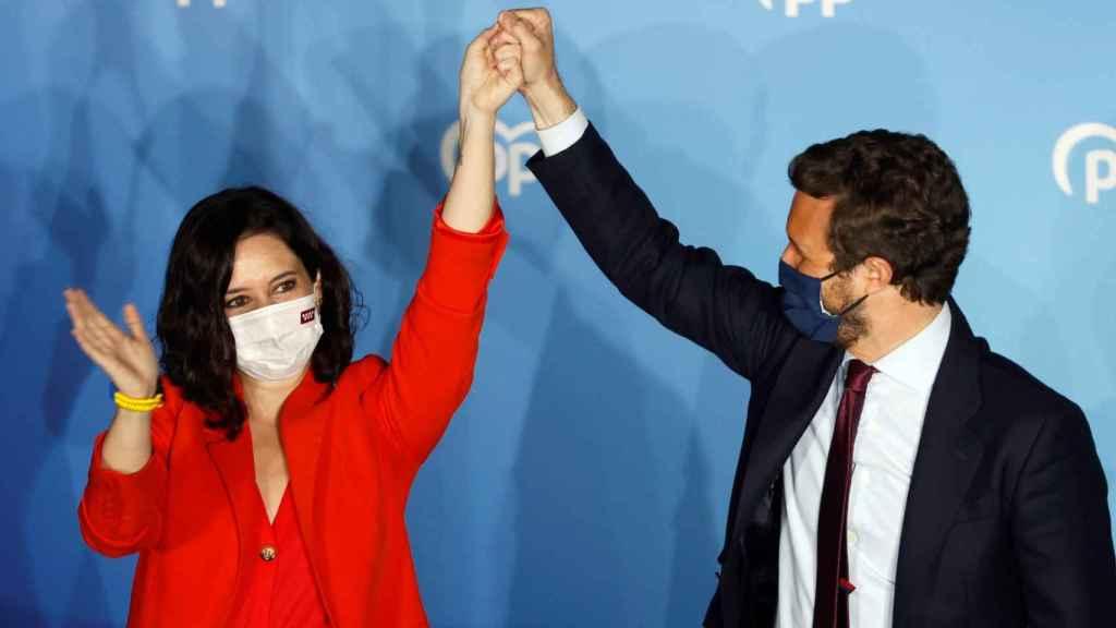 Pablo Casado e Isabel Díaz Ayuso, en la terraza de la sede del PP en Génova, celebrando el resultado del 4-M.