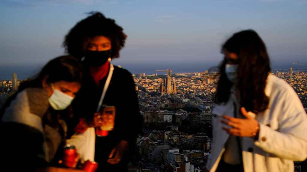 Unos jóvenes con mascarilla en Barcelona.