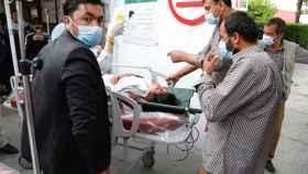 Los servicios de emergencias trasladan a una mujer herida tras el atentado.
