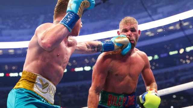 Saúl 'Canelo' Álvarez golpea a Billy Joe Saunders