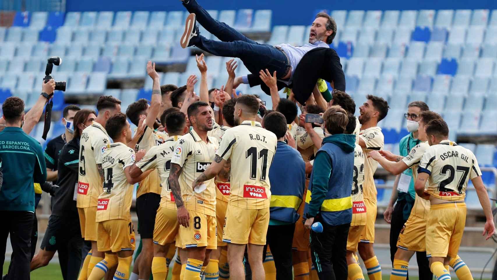Los jugadores del Espanyol mantean a Vicente Moreno