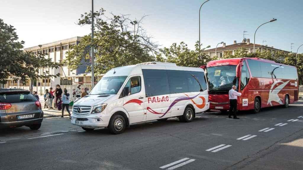 Autobuses que recogen los alumnos de infraviviendas de toda Valencia para llevarlos al Juan Manuel Montoya.