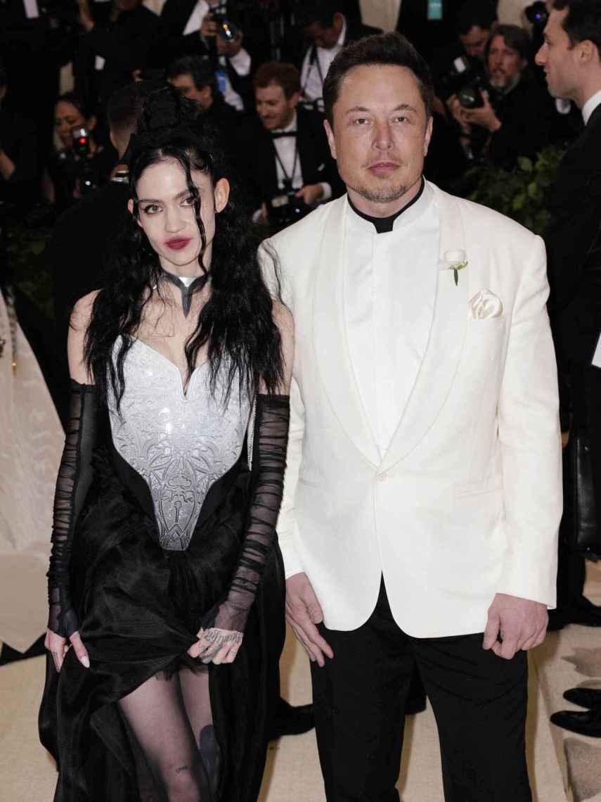 La cantante Grimes y el empresario Elon Musk, en la gala MET.