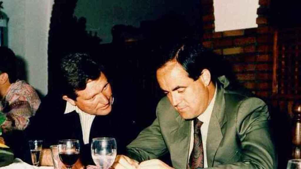 Cristóbal Rozalén, padre de la cantante, junto al político José Bono.