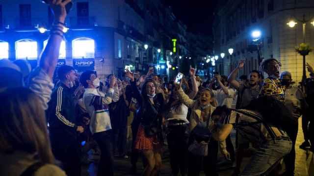 Ambiente en la Puerta del Sol de Madrid tras el fin del estado de alarma.