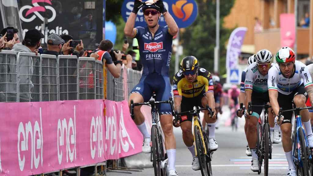 Tim Merlier celebra su victoria en el Giro de Italia 2021
