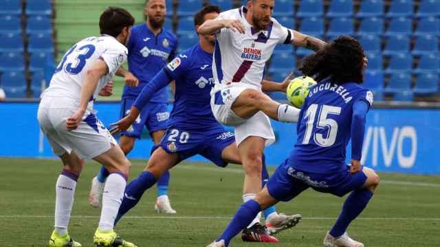 Sergi Enrich protege el balón ante Marc Cucurella en el Getafe - Eibar