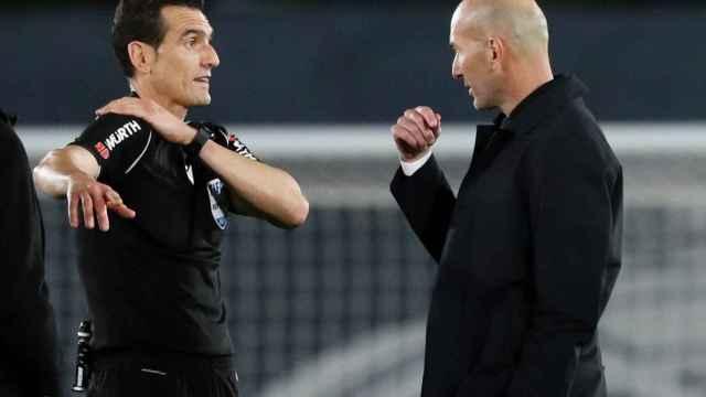 Zidane dialoga con Martínez Munuera tras el final del Real Madrid - Sevilla