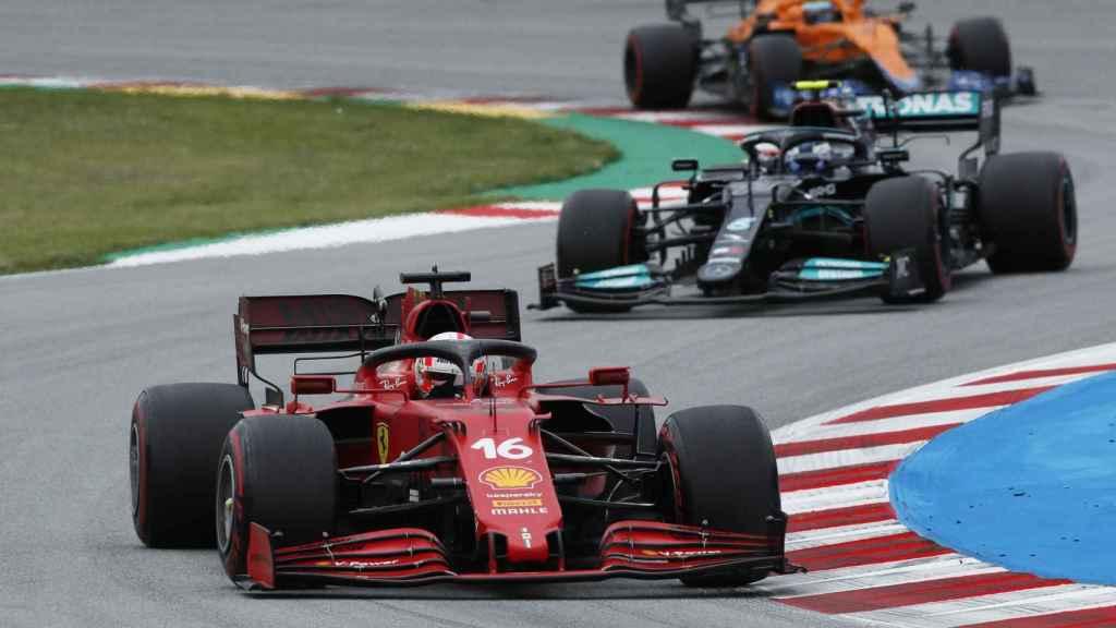 Leclerc peleando la posición con Bottas