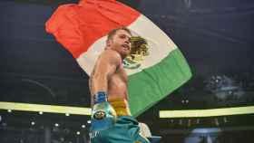Saúl 'Canelo' Álvarez, con la bandera de México, tras ganar su tercer cinturón del supermedio