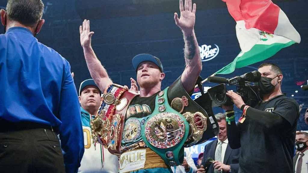 Saúl 'Canelo' Álvarez con sus tres cinturones de campeón del supermedio
