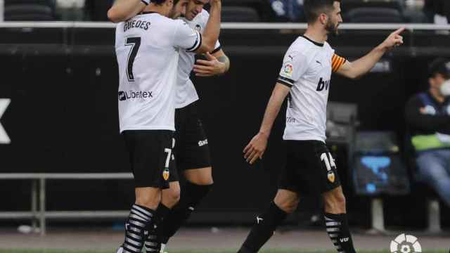 Gonçalo Guedes felicita a Maxi Gómez por su gol con el Valencia en Liga