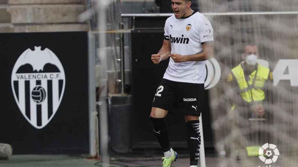 Maxi Gómez celebra un gol en Mestalla en La Liga 2020/2021