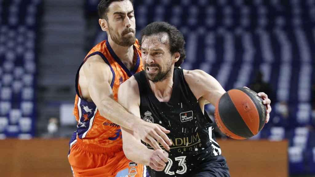 Llull intenta escapar de la defensa de Valencia Basket
