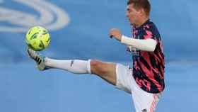 Control del balón de Toni Kroos
