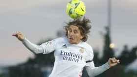 Luka Modric remata un balón de cabeza