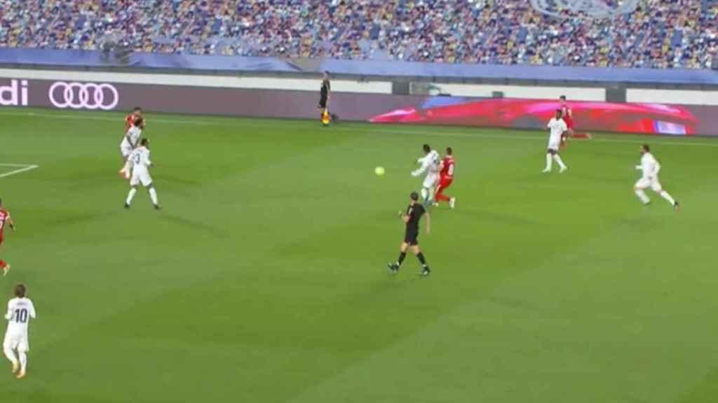 Martínez Munuera pita a falta de Casemiro previa al gol del Sevilla