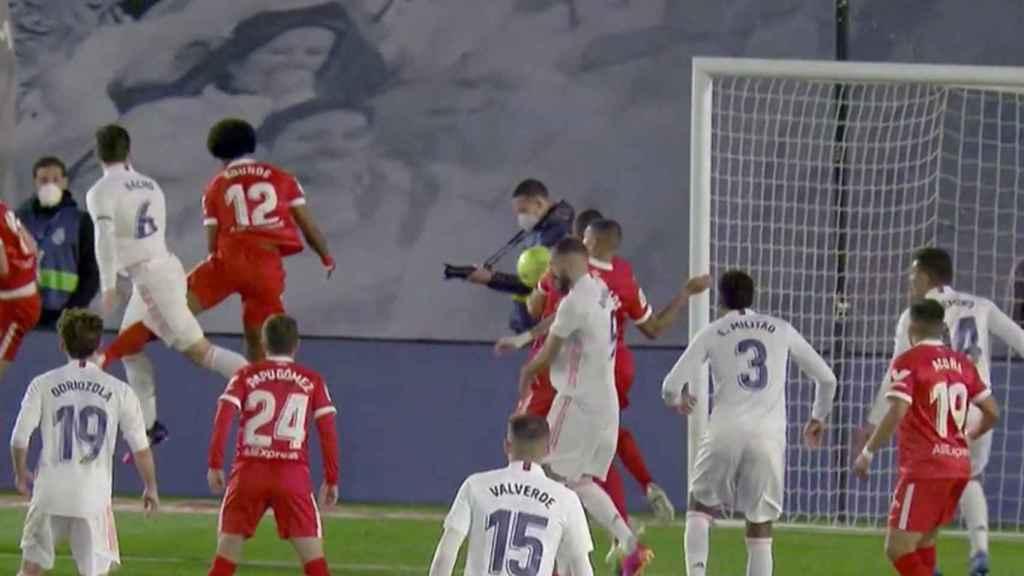 Mano de un jugador del Sevilla no pitada como penalti