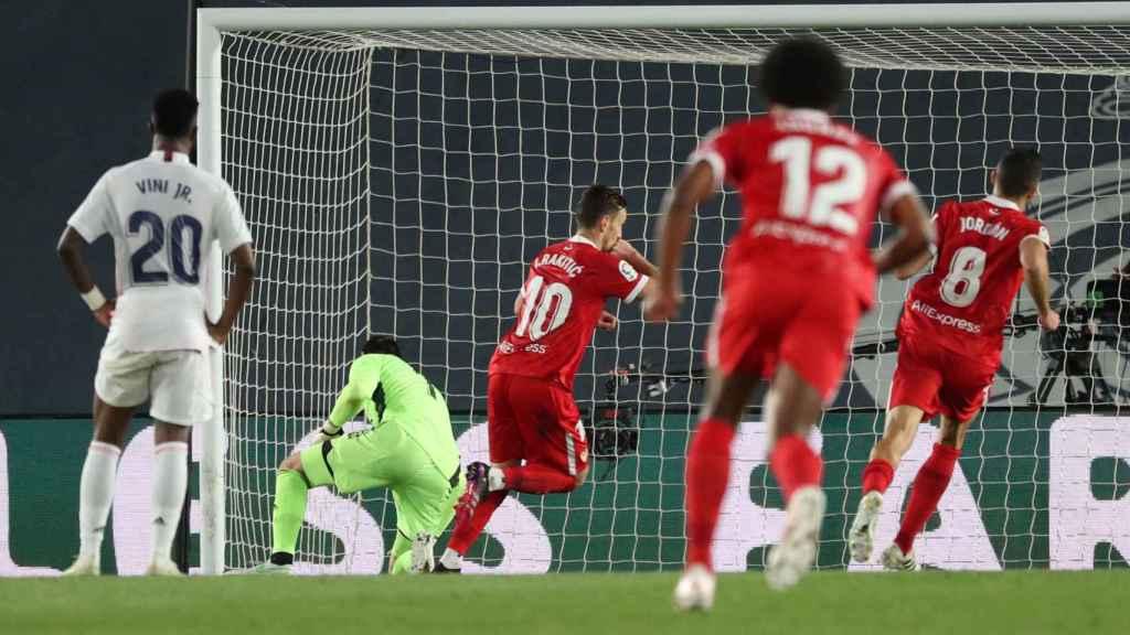 Ivan Rakitic marca desde el punto de penalti el segundo gol del Sevilla al Real Madrid