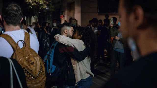Dos jóvenes besándose entre una multitud la pasada madrugada en Barcelona.