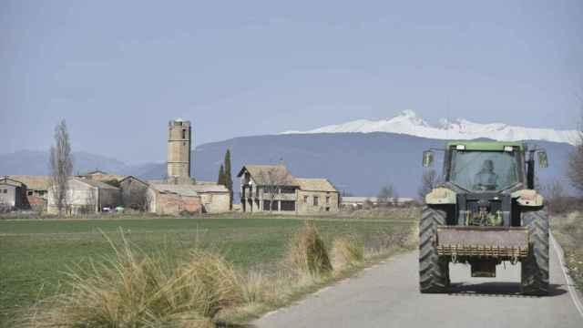 Un tractor en una carretera del municipio de Monesma y Cájigar en Huesca,. (EP/ Verónica Lacasa)