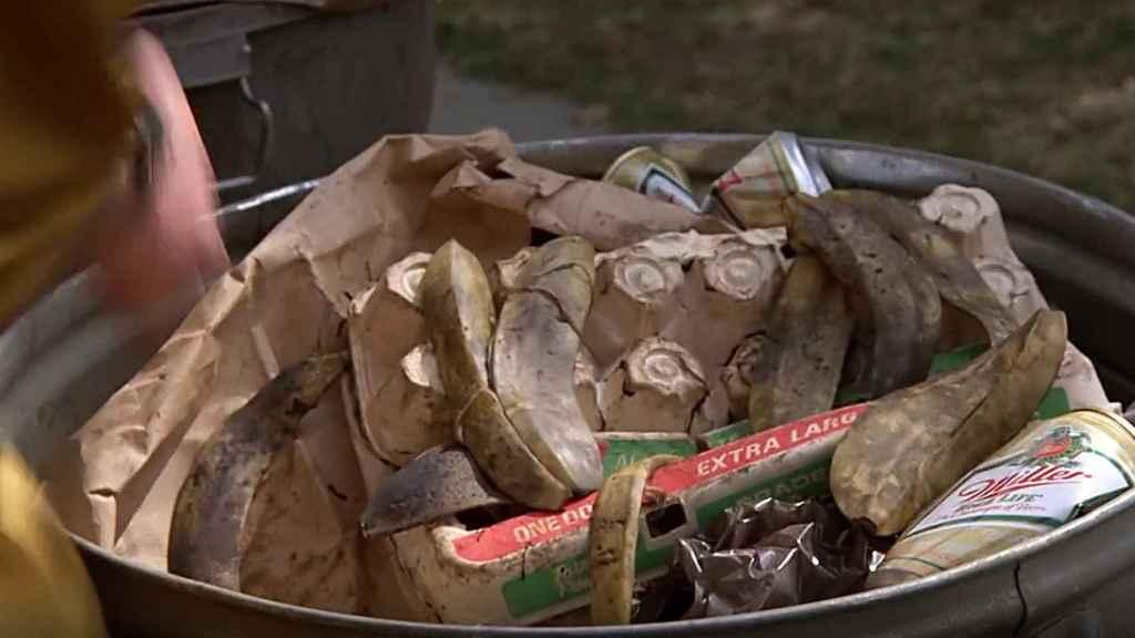 Momento en el que 'Doc' utiliza basura para hacer funcionar el DeLorean.