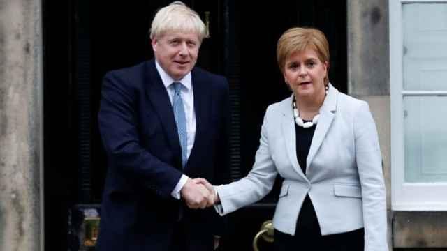 Boris Johnson y la ministra principal de Escocia, Nicola Sturgeon, en una reunión en julio de 2019 en Edimburgo.