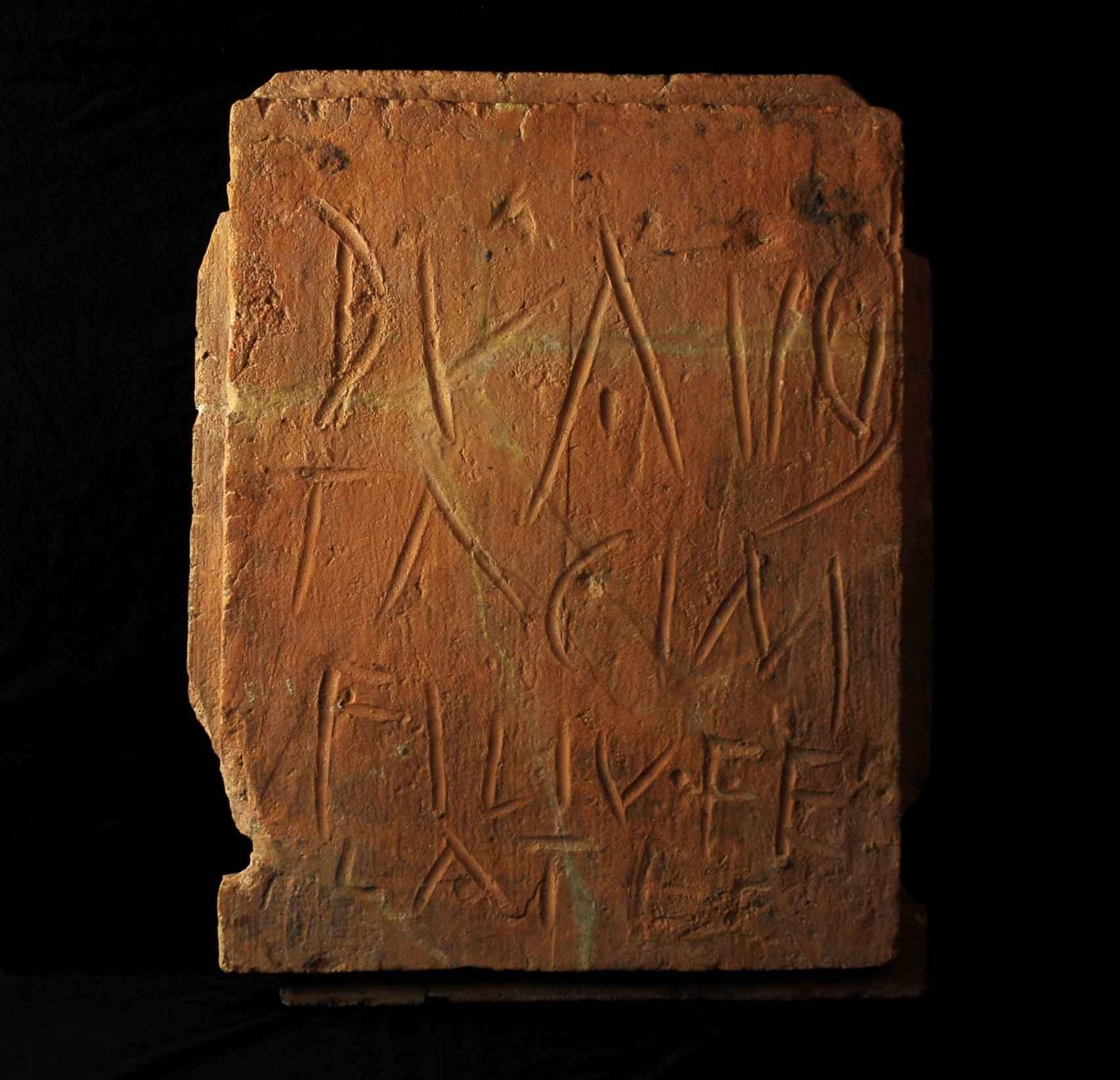 Ladrillo del siglo I d.C y hallado en la ciudad de Conimbriga, en la antigua provincia romana de Lusitania, en la que alguien escribió: Duazio, hijo de Tachino, te lo chupa a ti.
