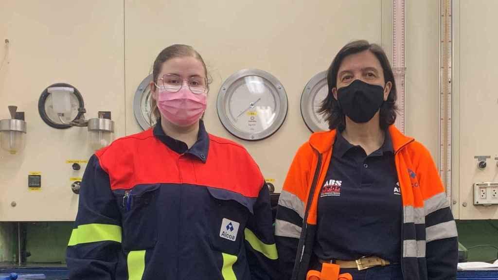 Antonia Rial junto a Raquel Vázquez, directora de la planta de Alúmina.