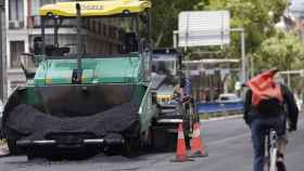 Máquinas de asfaltar durante el asfaltado de la Calle Princesa de Madrid. Europa Press