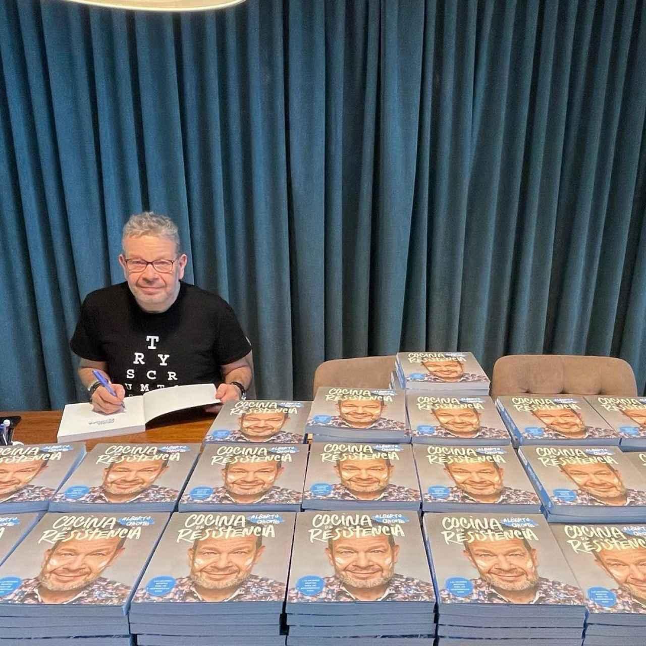 Aberto Chicote firmando ejemplares de su libro.