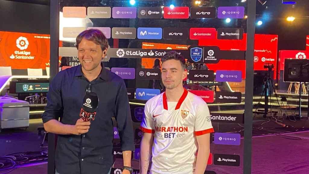 Rodrigo Fáez entrevistando a Pepeelbotellu, del Sevilla