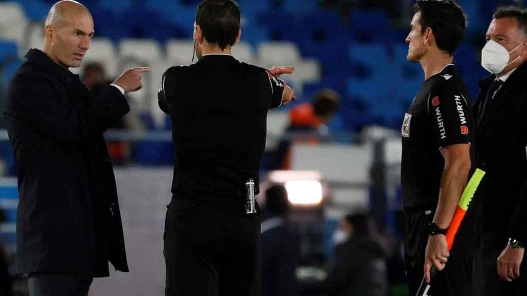 Zinedine Zidane y su conversación con Juan Martínez Munuera tras el Real Madrid - Sevilla