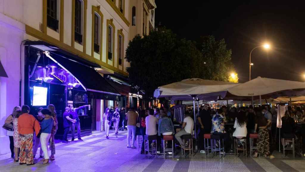 Terraza de un bar de copas de Sevilla este fin de semana.