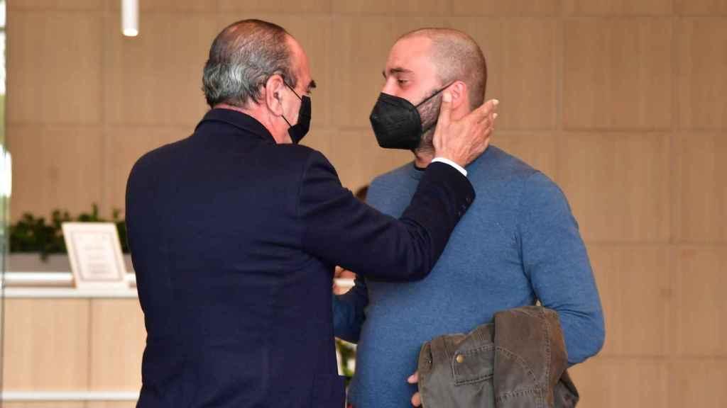 Antonio Tejado, roto de dolor en el funeral de su padre.
