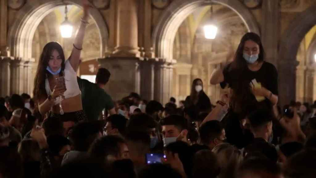 Jóvenes abarrotan las calles de Salamanca tras el fin del estado de alarma.