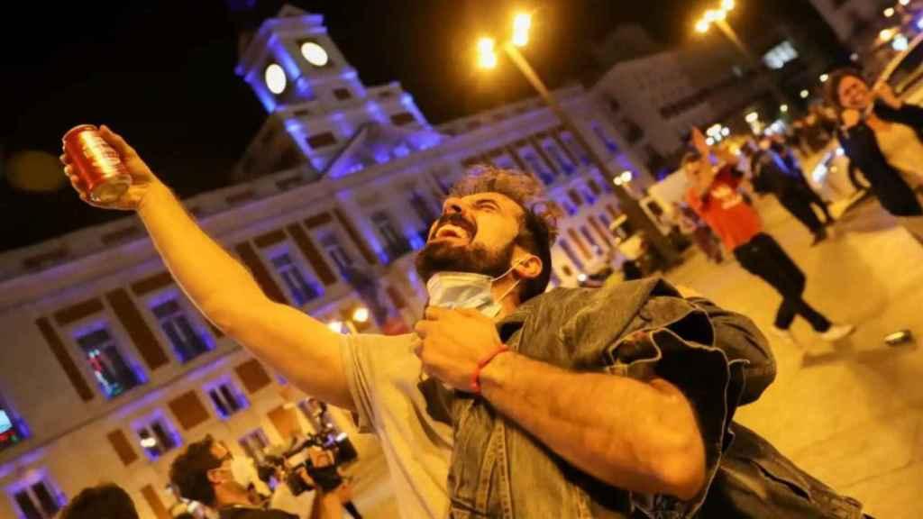 Un hombre brinda por el fin del toque de queda en Madrid.