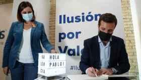 María José Catalá, junto a Pablo Casado durante la inauguración de una sede del PP en Valencia. EE