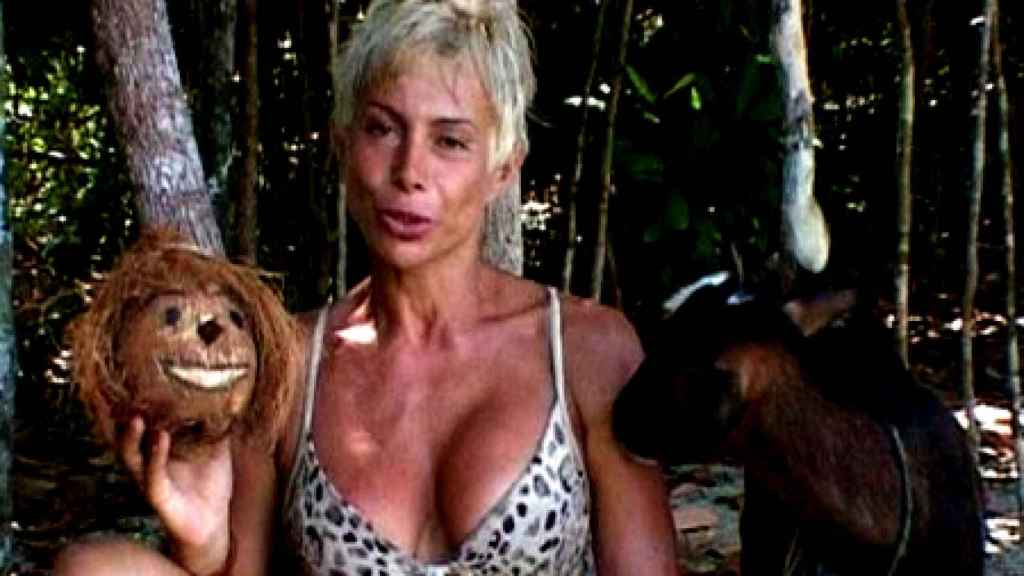 Carmen Russo con su Coco Enzo durante 'Supervivientes 2006'.