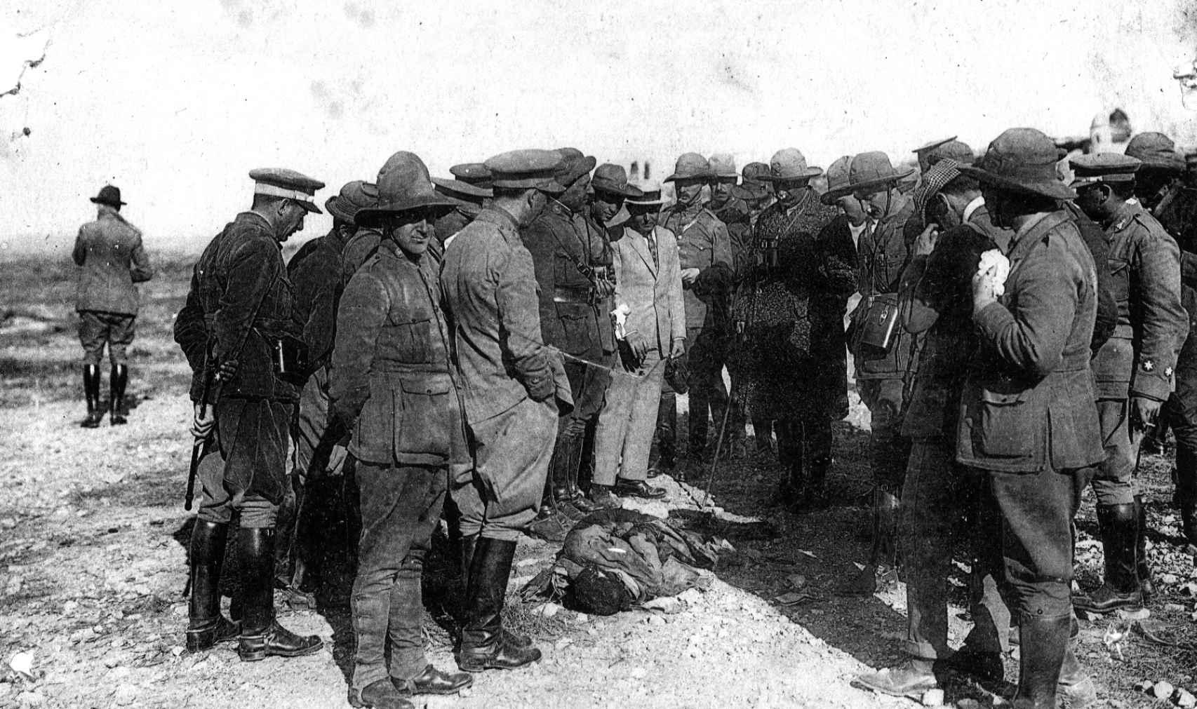 El alto comisario Dámaso Berenguer, rodeado de varias personas, contempla un cadáver encontrado con las manos atadas a la espalda tras los sucesos de Monte Arruit en 1921.