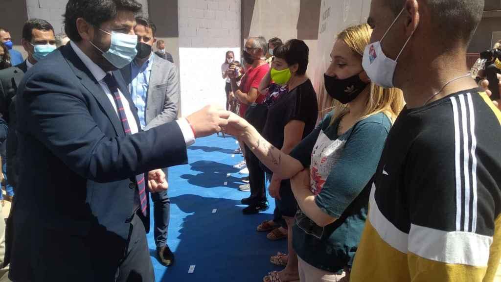 El presidente de la Región de Murcia, Fernando López Miras, entregando la llave de su piso a Jéssica y su pareja José Antonio.