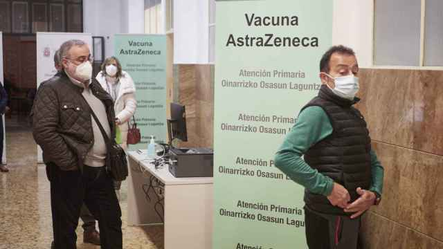 Vacunación de la consejera de Salud del Gobierno de Navarra, Santos Induráin.