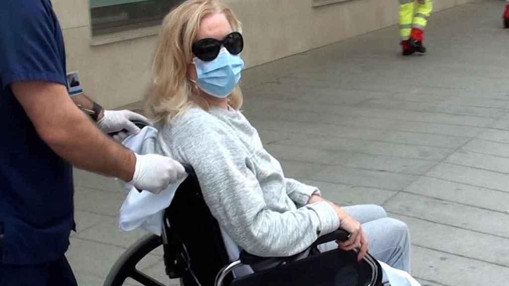 Bárbara Rey abandonando el hospital en silla de ruedas.