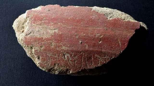 Fragmento de estuco rojo datado en el siglo I d.C y encontrado en Mérida en el que puede leerse la inscripción ...Ntio fellat, un grafiti obsceno sobre felaciones.
