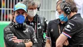 Fernando Alonso y su equipo antes del Gran Premio de España de F1