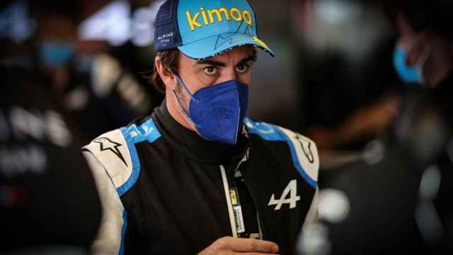Fernando Alonso en el box de Alpine