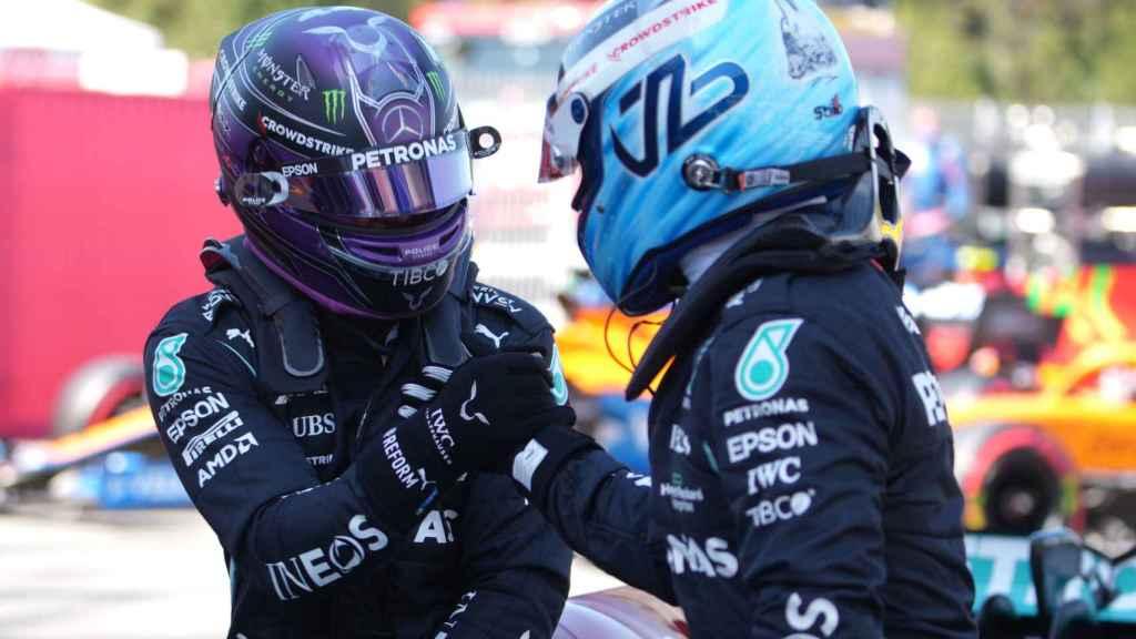 Bottas y Hamilton se saludan tras el Gran Premio de España de Fórmula 1
