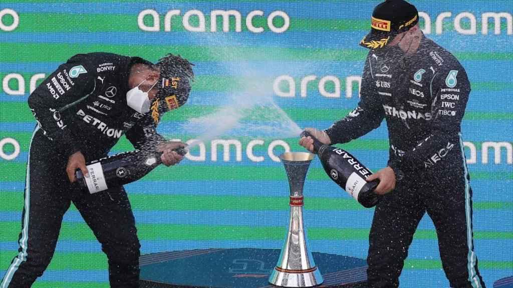 Bottas y Hamilton celebran en el podio de Barcelona