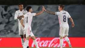 Militao y Kroos felicitan a Asensio por su gol