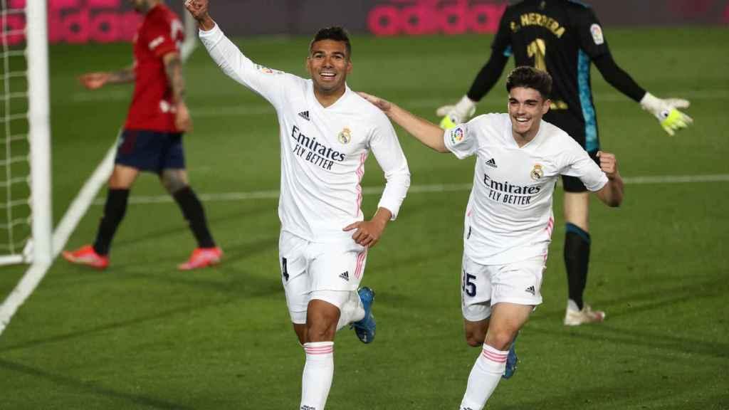 Casemiro y Miguel Gutiérrez celebran un gol del Real Madrid